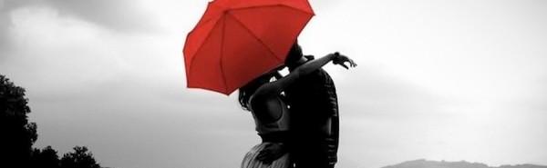 Pareja bajo un paraguas rojo celebrando San Valentib