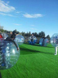 jugando a fútbol burbuja