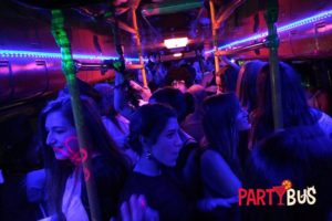 universitarios en el party bus