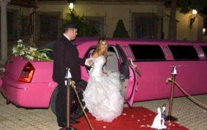 boda en limusina chrysler rosa