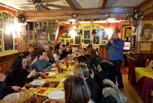 cena en restaurante con arte