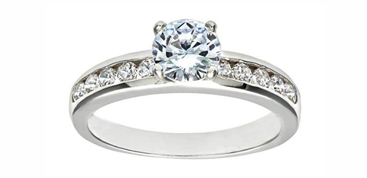 anillo de plata con circonita incrustada